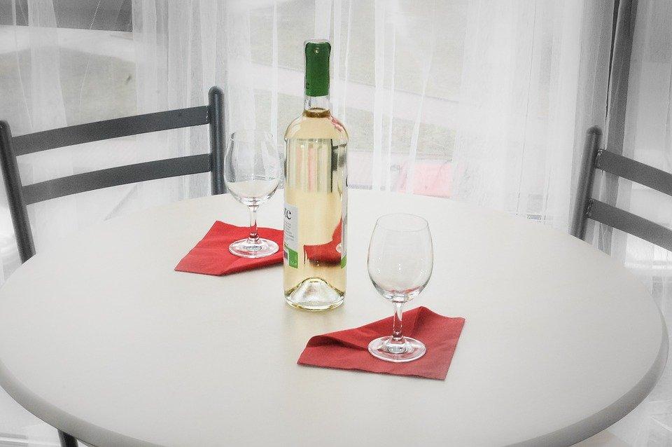 eleganckie dębowe stoły z krzesłami do pokoju